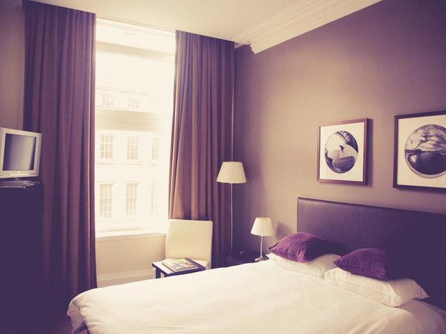 金運風水インテリア寝室運気ベッド位置窓