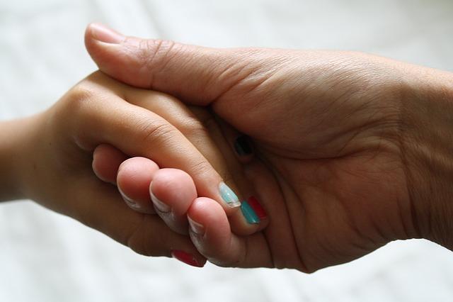 娘2人がてんかんを発症して5年。母親の牧ひとみさんが壮絶な過去を激白。