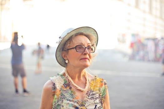 「このままだと老後ひとり?」老後に孤独になる人の特徴と対処法