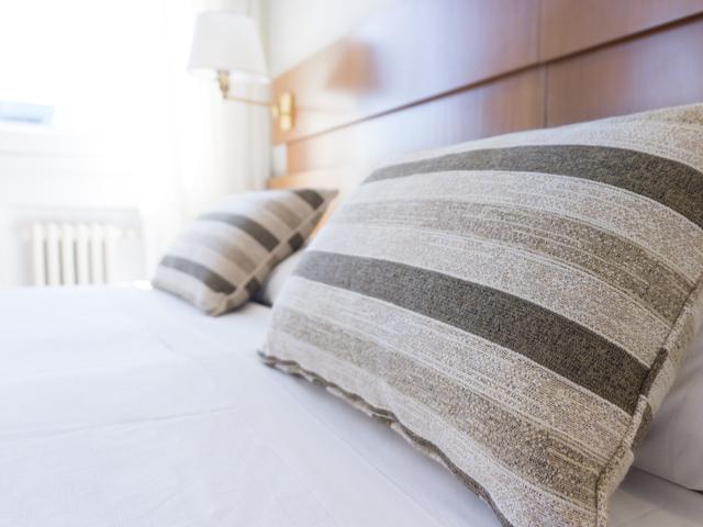 夫婦仲改善風水寝室ベッド位置壁紙