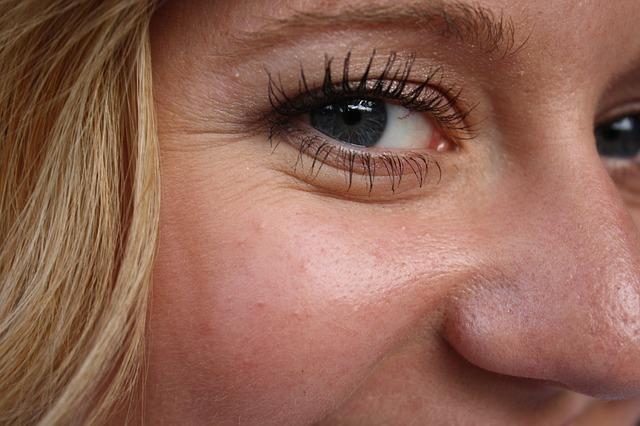 Q,シミやシワを隠そうと厚化粧に...なんだか顔がゴワついている。