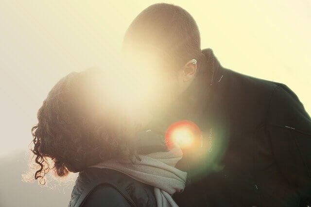 キスだけで年収も寿命も増える!?驚きの効果とは